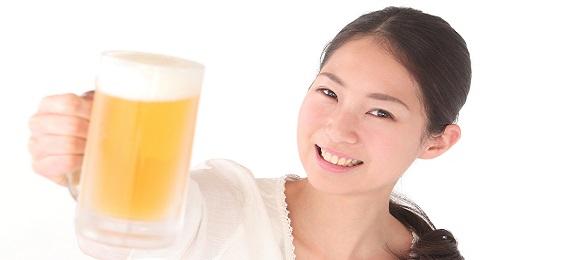 ビールと若い女性