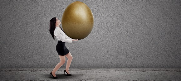 Asian businesswoman carry gold egg